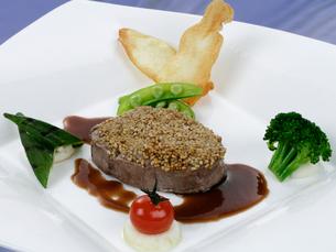 牛ステーキ肉の野菜添えの写真素材 [FYI01693776]