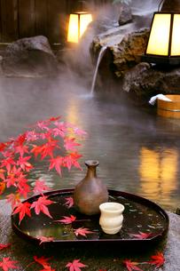 秋の露天風呂の写真素材 [FYI01693794]