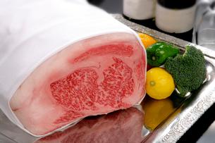 牛肉のブロックの写真素材 [FYI01693826]