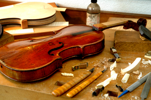 ヴァイオリンの修理工房の写真素材 [FYI01693833]
