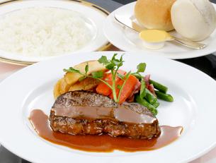 牛肉ステーキのデミグラスソース野菜添えの写真素材 [FYI01693840]