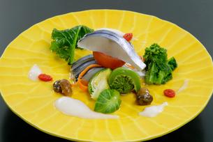 鰆と春野菜の盛り合わせ料理の写真素材 [FYI01693901]