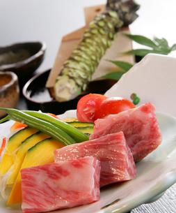 牛の焼き肉と本わさびの写真素材 [FYI01693920]