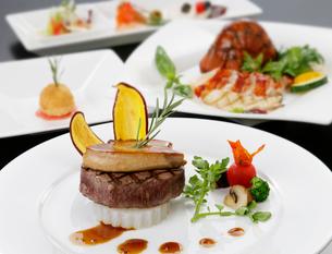 牛肉とフォアグラの野菜添えの写真素材 [FYI01693924]