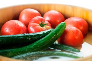 桶に入れたトマトとキュウリの写真素材 [FYI01693969]