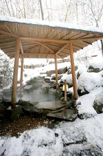 雪の露天風呂の写真素材 [FYI01694034]