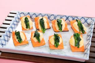 鮭の菜の花添えの写真素材 [FYI01694109]