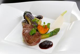 牛肉のステーキの写真素材 [FYI01694269]