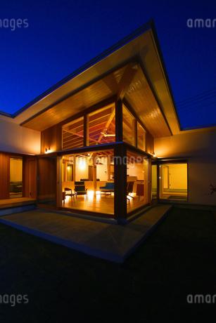 住宅の夜景の写真素材 [FYI01694278]