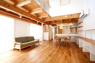 住宅のリビングルームの写真素材 [FYI01694283]