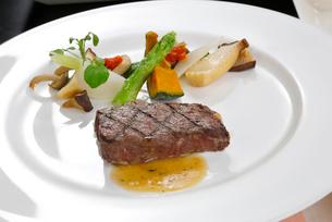 牛肉のステーキ季節の野菜添えの写真素材 [FYI01694292]