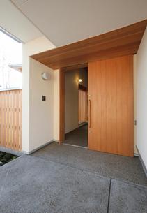 住宅の玄関口の写真素材 [FYI01694319]