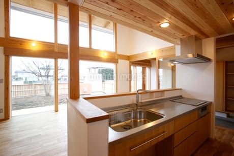 住宅のキッチンの写真素材 [FYI01694375]