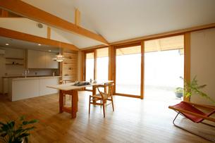 住宅のリビングダイニングの写真素材 [FYI01694430]