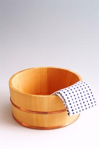 風呂桶と手拭いの写真素材 [FYI01694458]
