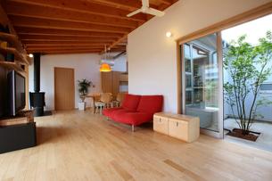 住宅リビングルームの写真素材 [FYI01694483]