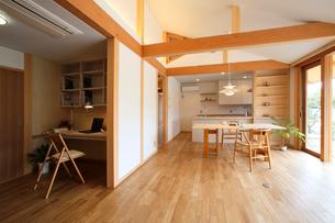 住宅のリビングダイニングの写真素材 [FYI01694564]