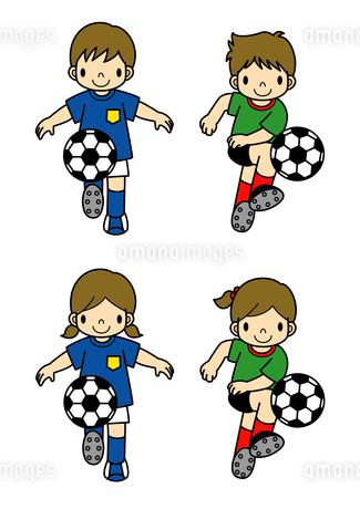 サッカーをする男の子と女の子のイラスト素材 [FYI01694882]