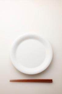 白皿と箸の写真素材 [FYI01694920]
