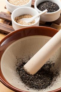 すり鉢と胡麻の写真素材 [FYI01695213]