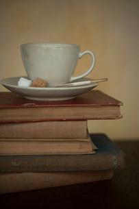 コーヒーカップと古い本の写真素材 [FYI01695528]