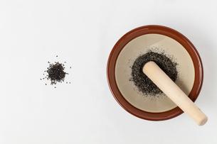 すり鉢と黒胡麻の写真素材 [FYI01695636]