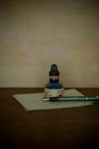 万年筆とインク瓶の写真素材 [FYI01695666]