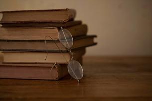 メガネと古い本の写真素材 [FYI01695904]