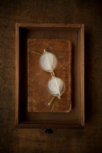 ひきだしの中のめがねと古書の写真素材 [FYI01695950]