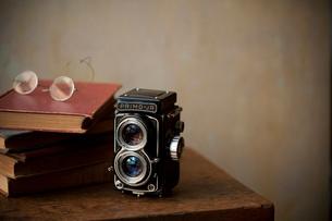 二眼レフと古い本の写真素材 [FYI01695972]