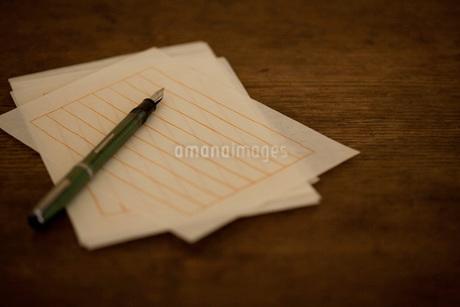 万年筆と便箋の写真素材 [FYI01696041]