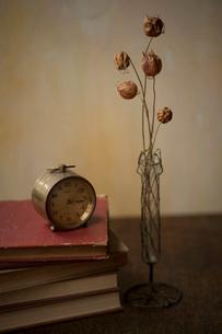 古い時計と本の写真素材 [FYI01696583]