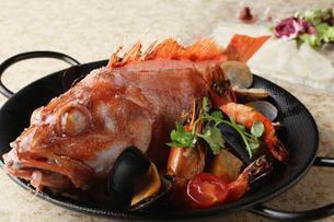 旬の魚と有頭海老のアクアパッツァの写真素材 [FYI01697330]