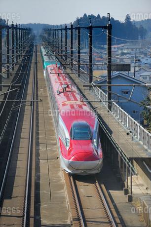 秋田新幹線スーパーこまちと東北新幹線はやての写真素材 [FYI01698889]