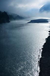 熊野川の朝の写真素材 [FYI01699723]