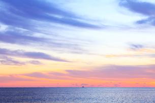 朝焼けの海の写真素材 [FYI01699760]