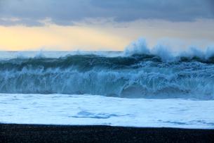 台風の接近で荒れる海の写真素材 [FYI01700032]