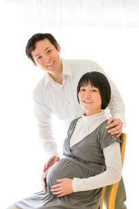 リビングでくつろぐ出産前の夫婦の写真素材 [FYI01700193]