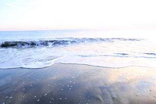 朝の海岸の写真素材 [FYI01700316]