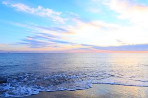 夜明けの海岸の写真素材 [FYI01700322]