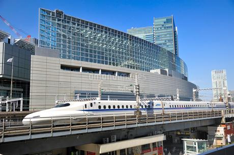 東海道新幹線と東京国際フォーラムの写真素材 [FYI01700493]