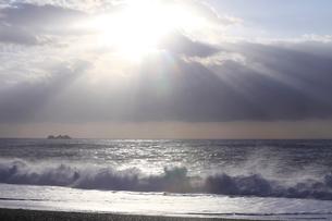 海と雲からの木漏れ日の写真素材 [FYI01700565]