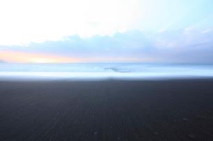 夜明けの海 の写真素材 [FYI01700693]