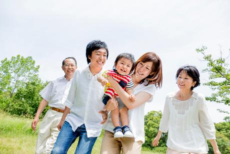 公園を歩く3世代の写真素材 [FYI01700847]