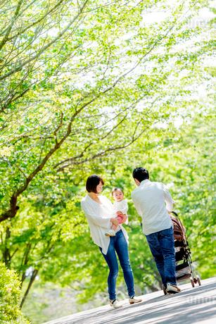 公園を散歩する家族の写真素材 [FYI01700959]