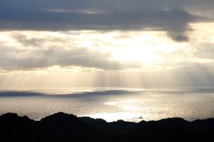 斜光に映える海の写真素材 [FYI01702285]