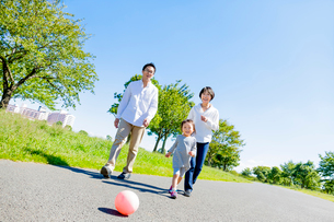 公園を走る親子の写真素材 [FYI01702836]
