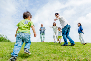 公園で遊ぶ3世代の写真素材 [FYI01703251]