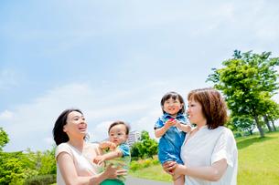 公園で遊ぶ2組の母と子の写真素材 [FYI01703309]