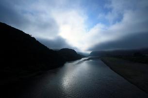 朝霧の熊野川の写真素材 [FYI01703374]
